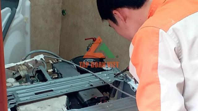 Thợ kỹ thuật kiểm tra máy giặt Samsung bị rung