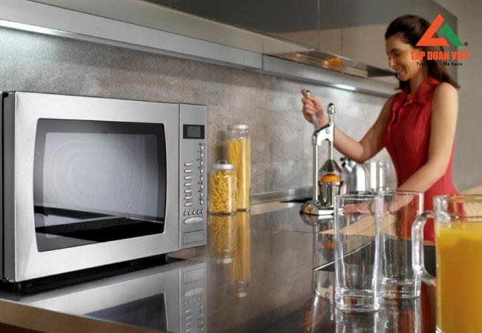 Sử dụng lò vi sóng khi hâm nóng thức ăn an toàn và đúng cách