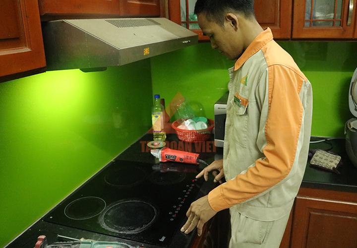 Thợ sửa bếp từ tại nhà khách hàng