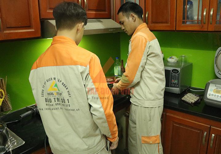 Kỹ thuật viên đang tiến hành phân tích và xử lý bếp từ Sunhouse tại Tập Đoàn Việt