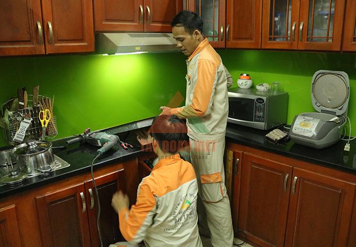 Kỹ thuật viên sửa bếp từ Mitsubishi tại nhà khách