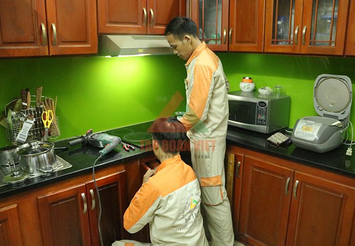 Nhân viên kỹ thuật sửa bếp từ Malloca tại nhà