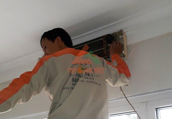 Kỹ thuật viên cung cấp dịch vụ sửa điều hòa tại Nguyễn Văn Cừ