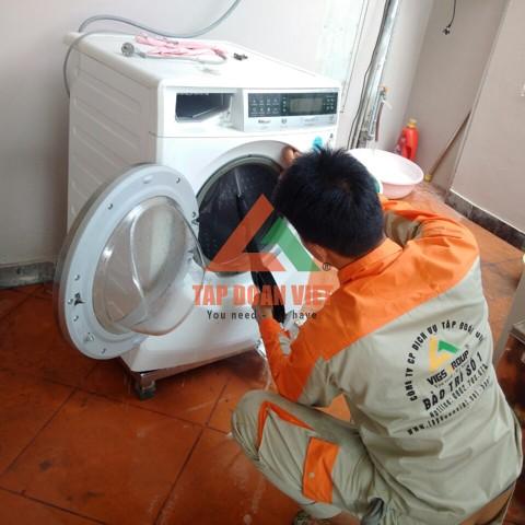 Sửa máy giặt tại nhà cho khách - Tập Đoàn Việt