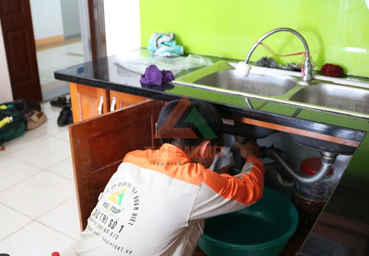 Nhân viên Tập Đoàn Việt sửa máy lọc nước bị rò nước