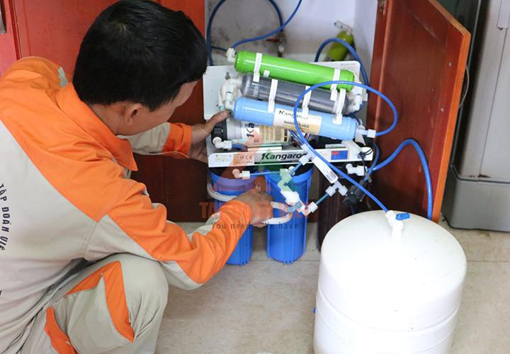 Thợ kỹ thuật hướng dẫn sử dụng máy lọc nước