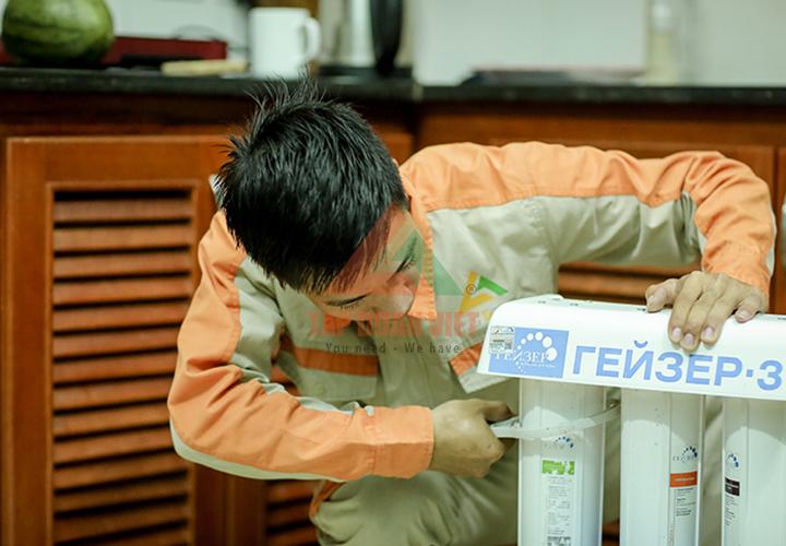 Nhân viên kỹ thuật sửa máy lọc nước kêu tạch tạch