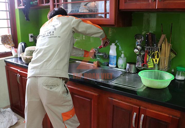 Kỹ thuật sửa máy lọc nước bị rò nước tại nhà.