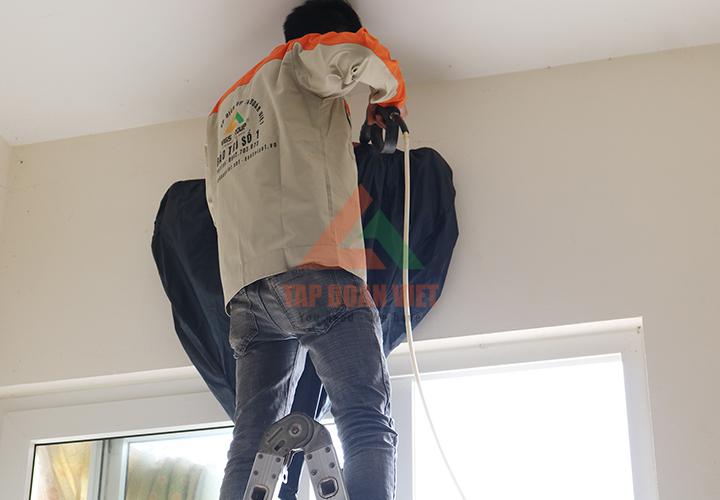Nhân viên kỹ thuật sửa điều hòa tại nhà khách hàng