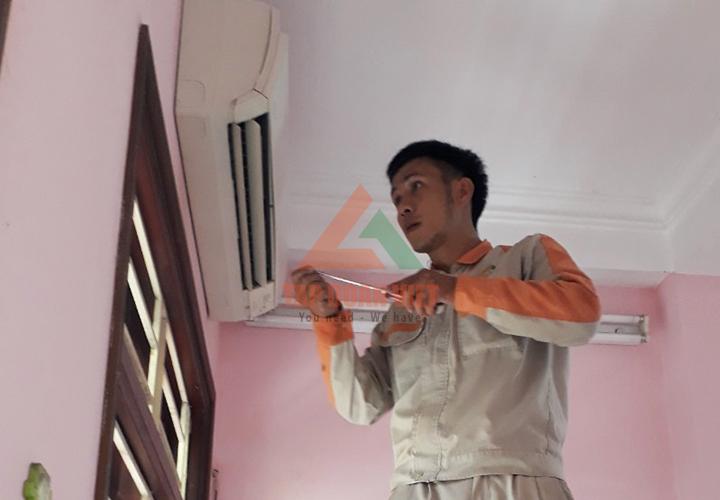 Nhân viên kỹ thuật sửa điều hòa tại quận Hoàn Kiếm