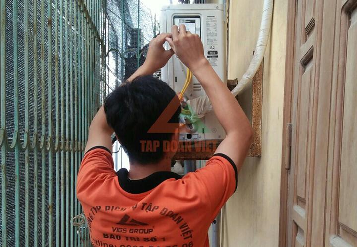 Kỹ thuật viên kiểm tra điều hòa tại Hoàng Quốc Việt