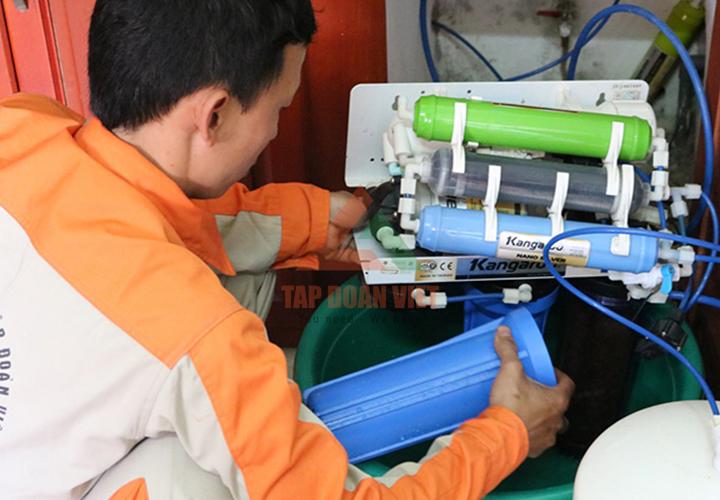 Thợ kỹ thuật sửa máy lọc nước tại nhà - Tập Đoàn Việt