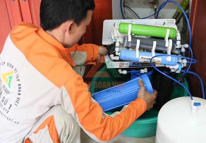 Nhân viên kỹ thuật sửa máy lọc nước haohsing tại nhà