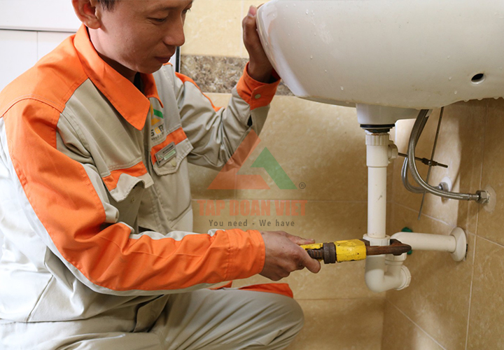 Nhân viên kỹ thuật khắc phục mọi sự cố liên quan đến máy lọc nước