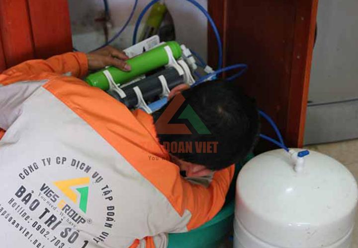 Thợ kỹ thuật sửa máy lọc nước khắc phục sự cố bị rò điện tại nhà